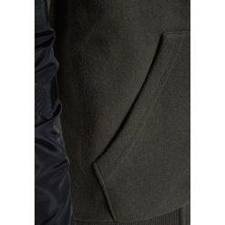 IKKS CARGO Bluza rozpinana kaki foncé. Brązowe bluzy chłopięce rozpinane marki IKKS, z bawełny. W wyprzedaży za 230,30 zł.