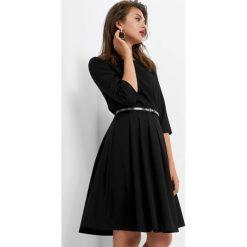 Sukienka z paskiem. Czarne sukienki na komunię marki bonprix, do pracy, w paski, biznesowe, moda ciążowa. Za 139,99 zł.