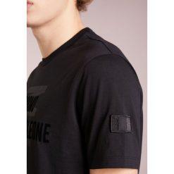 Emporio Armani Tshirt z nadrukiem nero. Szare t-shirty męskie z nadrukiem marki Emporio Armani, l, z bawełny, z kapturem. Za 389,00 zł.