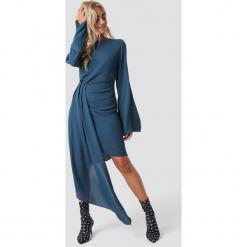 NA-KD Party Sukienka z drapowanym detalem - Blue. Szare sukienki asymetryczne marki Mohito, l, z asymetrycznym kołnierzem. Za 202,95 zł.