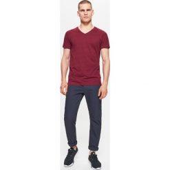 Chinosy męskie: Materiałowe spodnie chino z kolekcji basic – Granatowy