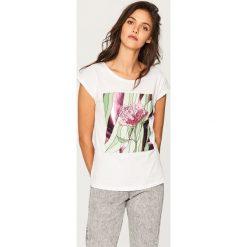 T-shirt z błyszczącym nadrukiem - Biały. Białe t-shirty damskie Reserved, l, z nadrukiem. Za 29,99 zł.