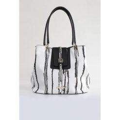 Stylowa torba black&white. Białe torebki klasyczne damskie Monnari, w paski, ze skóry, duże. Za 99,60 zł.