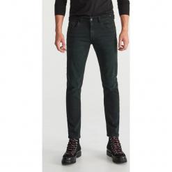 Jeansy slim fit - Zielony. Zielone jeansy męskie regular Reserved. Za 129,99 zł.