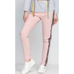 Spodnie dresowe damskie: Różowe Spodnie Dresowe Embrace