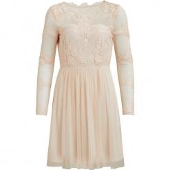 """Sukienka """"Georgious"""" w kolorze brzoskwiniowo-kremowym. Białe sukienki koronkowe marki Vila & Co., w koronkowe wzory, z okrągłym kołnierzem, midi, rozkloszowane. W wyprzedaży za 152,95 zł."""