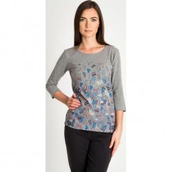 Szara bluzka z rękawem 3/4 w liście QUIOSQUE. Szare bluzki asymetryczne QUIOSQUE, w kwiaty, z bawełny, biznesowe, z dekoltem na plecach, z długim rękawem. Za 79,99 zł.