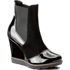 Botki KAZAR - Appia 30588-L4-00 Czarny. Czarne buty zimowe damskie Kazar, z lakierowanej skóry, klasyczne, na wysokim obcasie, na koturnie. W wyprzedaży za 409,00 zł.