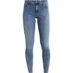Tommy Jeans HIGH RISE SANTANA 7/8 Jeans Skinny Fit blue denim. Niebieskie jeansy damskie marki Tommy Jeans, z bawełny. W wyprzedaży za 356,85 zł.