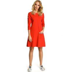 Czerwona Sukienka Trapezowa Dzianinowa z Ozdobnymi Tasiemkami. Czerwone sukienki dresowe Molly.pl, do pracy, l, biznesowe, z okrągłym kołnierzem, oversize. Za 115,90 zł.
