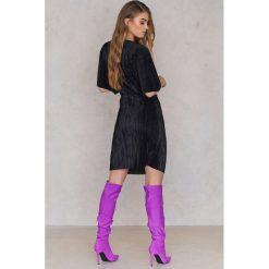 NA-KD Plisowana sukienka z ozdobnym wiązaniem z przodu - Black. Sukienki małe czarne NA-KD, z poliesteru, z krótkim rękawem. W wyprzedaży za 53,58 zł.