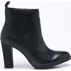 Tommy Hilfiger - Botki. Czarne buty zimowe damskie marki TOMMY HILFIGER, z materiału, na obcasie. W wyprzedaży za 379,90 zł.