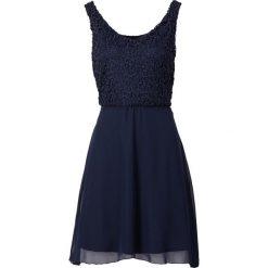 Sukienka bonprix ciemnoniebieski. Niebieskie sukienki balowe bonprix, na imprezę, na lato, w koronkowe wzory, z koronki, z dekoltem w serek. Za 139,99 zł.