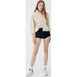 Jeansowe spodenki mom fit z perłami. Czarne szorty jeansowe damskie marki Pull&Bear. Za 99,90 zł.