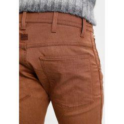 GStar 5620 3D SUPER SLIM COJ Jeansy Slim fit dark plum. Brązowe jeansy męskie relaxed fit marki G-Star. W wyprzedaży za 324,50 zł.