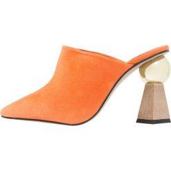 Topshop GALA SCULPTURED HEEL Klapki orange. Brązowe klapki damskie marki Topshop, z materiału. Za 419,00 zł.