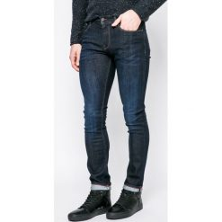 Tommy Hilfiger - Jeansy Layton. Niebieskie jeansy męskie relaxed fit TOMMY HILFIGER, z aplikacjami, z bawełny. W wyprzedaży za 339,90 zł.