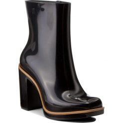 Botki MELISSA - Classic Boot Ad 31994  Black/Beige 51496. Czarne buty zimowe damskie Melissa, z tworzywa sztucznego, na obcasie. W wyprzedaży za 349,00 zł.