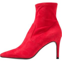 Steve Madden LAVA Botki red. Czerwone botki damskie na zamek Steve Madden, z materiału, klasyczne. Za 419,00 zł.