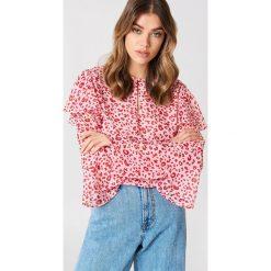 Bluzki asymetryczne: Andrea Hedenstedt x NA-KD Bluzka z falbanami na rękawach - Pink