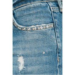 Guess Jeans - Jeansy. Szare jeansy damskie marki Guess Jeans, na co dzień, l, z aplikacjami, z bawełny, casualowe, z okrągłym kołnierzem, mini, dopasowane. W wyprzedaży za 429,90 zł.