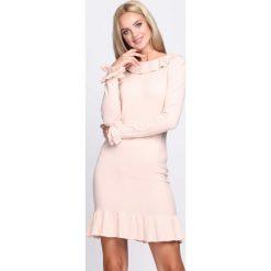 Jasnoróżowa Sukienka Mad Hatter. Różowe sukienki dzianinowe marki numoco, l, z dekoltem w łódkę, oversize. Za 49,99 zł.