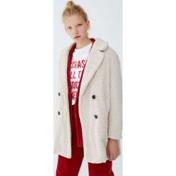 Długi płaszcz ze skręconego sztucznego futerka. Szare płaszcze damskie pastelowe Pull&Bear. Za 199,00 zł.