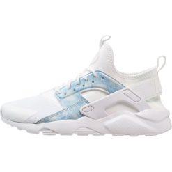 Nike Sportswear AIR HUARACHE RUN ULTRA Tenisówki i Trampki white/royal tint. Białe tenisówki męskie Nike Sportswear, z materiału. W wyprzedaży za 373,15 zł.
