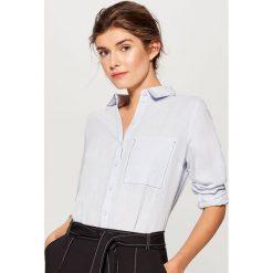 Lniana koszula z kontrastowym przeszyciem - Niebieski. Niebieskie koszule damskie marki Mohito, z kontrastowym kołnierzykiem. W wyprzedaży za 69,99 zł.