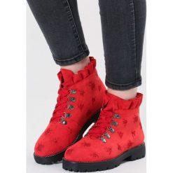 Czerwone Botki Layering. Czerwone botki damskie na obcasie vices, na jesień, z materiału, z okrągłym noskiem, na sznurówki. Za 119,99 zł.
