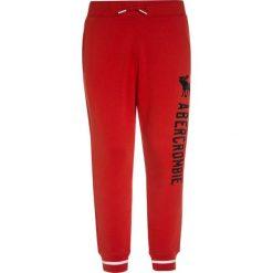 Abercrombie & Fitch VARSITY Spodnie treningowe red. Czerwone jeansy chłopięce Abercrombie & Fitch. W wyprzedaży za 132,30 zł.