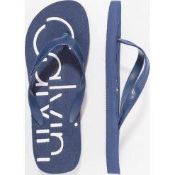 Calvin Klein Jeans DABNEY Japonki kąpielowe steel blue/white. Niebieskie japonki męskie Calvin Klein Jeans, z jeansu. Za 129,00 zł.