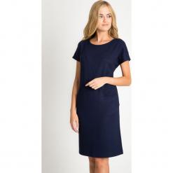 Dzianinowa granatowa sukienka z kieszeniami QUIOSQUE. Szare sukienki dzianinowe marki QUIOSQUE, do pracy, na jesień, s, w geometryczne wzory, biznesowe, z długim rękawem, mini, oversize. W wyprzedaży za 99,99 zł.