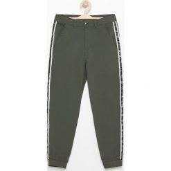 Spodnie chłopięce: Spodnie jogger z lampasami – Khaki