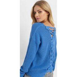Sweter z wiązaniem na plecach. Niebieskie swetry klasyczne damskie marki Orsay, xs, z bawełny, z dekoltem na plecach. Za 79,99 zł.