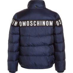MOSCHINO PADDED Kurtka puchowa dark blue. Niebieskie kurtki chłopięce zimowe marki MOSCHINO, z materiału. W wyprzedaży za 853,30 zł.