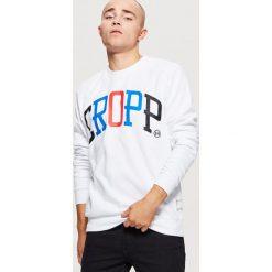 Bluza z nadrukiem Biały. Białe bluzy męskie rozpinane Cropp, l, z nadrukiem. W wyprzedaży za 39,99 zł.
