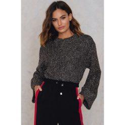 NA-KD Brokatowy sweter z dzianiny - Grey,Silver. Szare swetry klasyczne damskie NA-KD, z dzianiny, z okrągłym kołnierzem. W wyprzedaży za 55,19 zł.