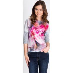 Szara bluzka z różowymi kwiatami QUIOSQUE. Czerwone bluzki z odkrytymi ramionami marki QUIOSQUE, z nadrukiem, z dzianiny, z okrągłym kołnierzem. W wyprzedaży za 39,99 zł.