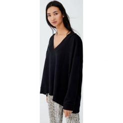 Bluza z dekoltem w serek z obszyciem. Czarne bluzy damskie Pull&Bear. Za 69,90 zł.