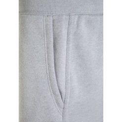 Under Armour FAVORITE Spodnie treningowe overcast gray. Szare spodnie chłopięce marki Under Armour, z bawełny. W wyprzedaży za 151,20 zł.
