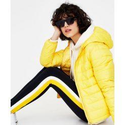 Pikowana kurtka z kapturem. Białe kurtki damskie pikowane marki Pull&Bear, z kapturem. Za 79,90 zł.