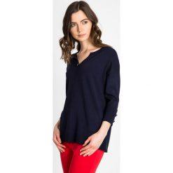 Granatowy sweter z ozdobnym kamieniem QUIOSQUE. Czarne swetry klasyczne damskie marki QUIOSQUE, na imprezę, z dzianiny, z kopertowym dekoltem, mini, dopasowane. W wyprzedaży za 59,99 zł.