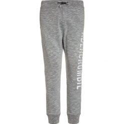 Abercrombie & Fitch CORE LOGO  Spodnie treningowe light grey. Szare jeansy chłopięce Abercrombie & Fitch. Za 149,00 zł.