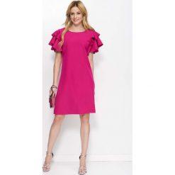 Fuksja Sukienka Wizytowa z Falbankami na Ramionach. Czerwone sukienki balowe Molly.pl, na imprezę, l, z kopertowym dekoltem, plus size, z krótkim rękawem, mini, kopertowe. Za 148,90 zł.