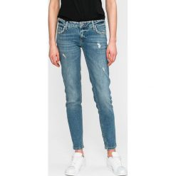 Guess Jeans - Jeansy. Niebieskie boyfriendy damskie Guess Jeans, z obniżonym stanem. W wyprzedaży za 429,90 zł.