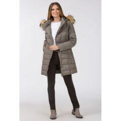 Płaszcze damskie pastelowe: Pikowany płaszcz z kapturem
