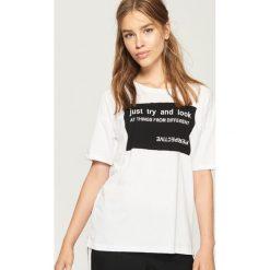 T-shirt z hasłem - Biały. Białe t-shirty damskie marki Sinsay, l, z napisami. W wyprzedaży za 14,99 zł.