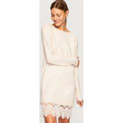 Sweter z koronkowym dołem - Kremowy. Białe swetry klasyczne damskie marki Reserved, l, z dzianiny. W wyprzedaży za 59,99 zł.