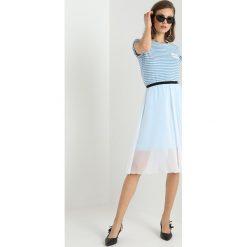 Calvin Klein Jeans DOUBLE LAYER MID LENGTH SKIRT Spódnica trapezowa bright white/sky blue. Białe spódniczki jeansowe Calvin Klein Jeans, xl, trapezowe. Za 449,00 zł.